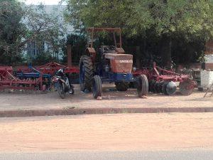 Prodaja kmetijske mehanizacije ob cesti.