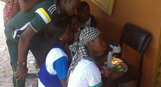 Visite guidée des élèves Eathink-LMO dans une ferme de spiruline à Ouahigouya!