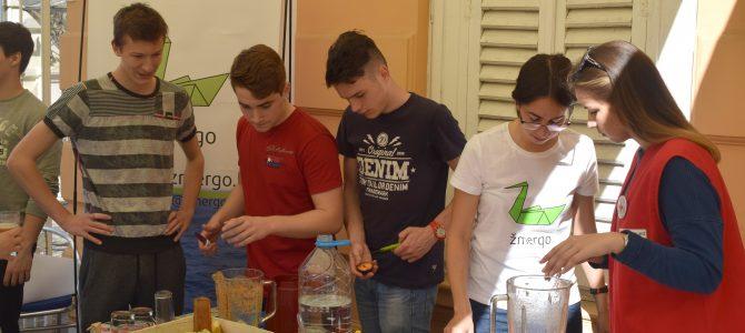 EAThink učenici prikupljaju bio otpad i kompostiraju