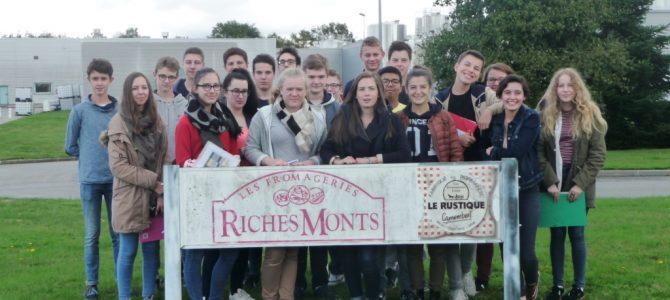 Des élèves du lycée des Andaines visitent une fromagerie